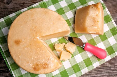 delicious cheese parmesan (pecorino) on green napkin Banque d'images - 126378428
