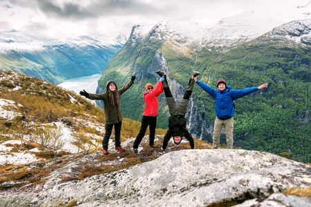 Four funny friends over the Norwegian Fjord. Geirangerfjord Banque d'images - 126380037