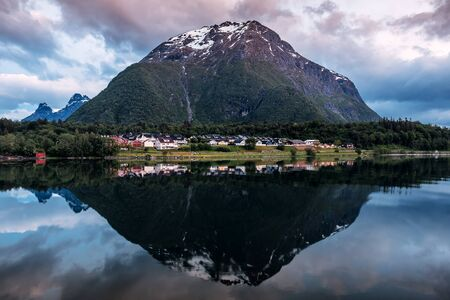 Mountain reflection in water on sunset . Norway. Andalsnes Banque d'images - 126379970