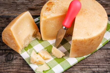 pieces of pecorino (parmesan) cheese with special knife on green napkin Banque d'images - 126379977