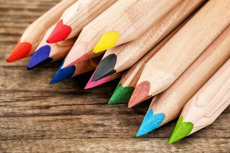stack of colored pencils (crayon) on wooden plank Banque d'images - 126379926
