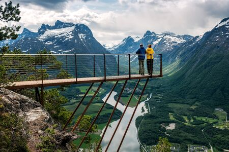 Two people are looking down from the observation deck rampestreken. Norway. Andalsnes Banque d'images - 126378254