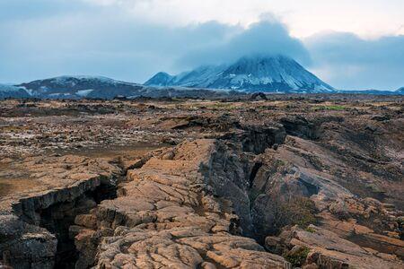 volcan et terre craquelée en Islande