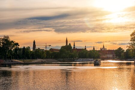 Wroclaw city and river Odra on sunset Banque d'images - 126379933