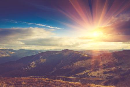 sol radiante: Hermoso paisaje en las montañas en el sol. Foto de archivo