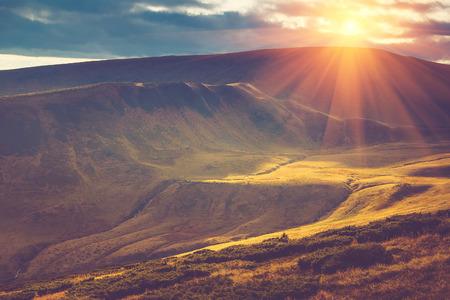 山の風光明媚なビュー、サンセットでカラフルな丘と秋の風景。