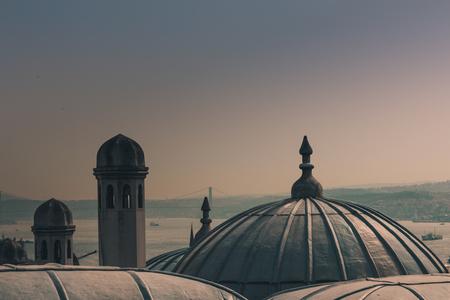 Vista de la ciudad de Estambul, el puente del Bósforo desde la torre de Gálata. Vista exterior de la cúpula en la arquitectura otomana. Mezquita de Süleymaniye. Pavo. Foto de archivo - 91243625