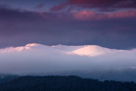 Fantástico paisaje de montañas de invierno al amanecer. Vista del espectacular cielo nublado y picos nevados en la distancia. Foto de archivo - 91537148