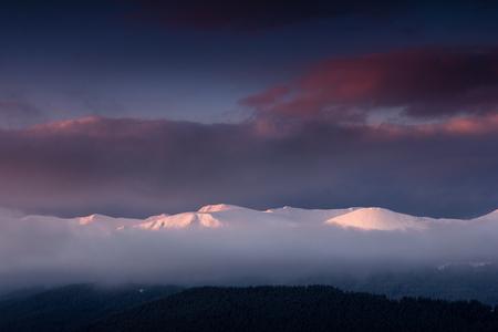 Fantástico paisaje de montañas de invierno al amanecer. Vista del espectacular cielo nublado y picos nevados en la distancia. Foto de archivo - 91537149