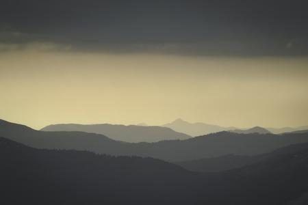 Paisagem monocromática abstrata da montanha no tonality retro da foto. Camadas de montanha e neblina nas colinas. Foto de archivo - 94478367
