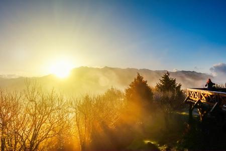 美しい朝の日の出、海と玉山 mounatin Alishan(Ali mountain) 国立公園、台湾で明るい青空の下での劇的な雲