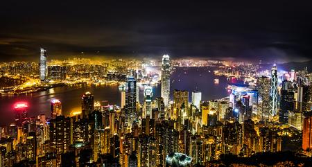 不動産や企業建設 - 近代的な市街のパノラマ スカイライン空中鳥瞰図夜空で香港 (香港)、中国でのビジネス コンセプト 写真素材