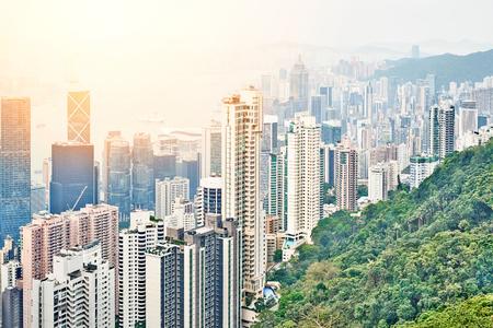不動産や企業建設 - パノラマの近代的な都市のスカイライン空中鳥瞰図劇的な日の出と青い朝の空で香港 (香港)、中国のビジネス コンセプト