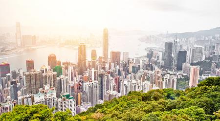Business concept voor vastgoed en zakelijke constructie - panoramische moderne skyline van de stad bird eye luchtfoto met spectaculaire zons opgang en ochtend blauwe hemel in Hong Kong (HK), China