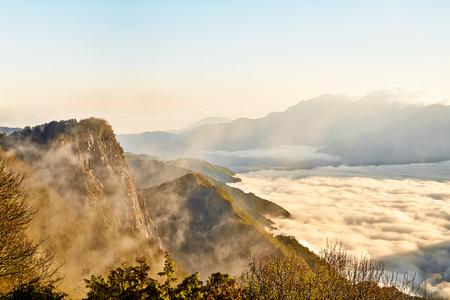 Mooie ochtendzonsopgang, dramatische wolk van overzees, reuzest rotsen en Yushan-mounatin onder heldere blauwe hemel in Alishan (Aliberg) Nationaal Park, Taiwan