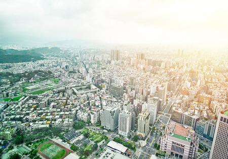 不動産と建設企業のビジネス コンセプト: 劇的な日の出と朝青空 101 台北、台湾の建築から近代的な市街のパノラマ鳥瞰図 写真素材