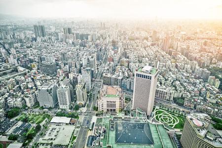 Geschäftskonzept für Immobilien und Unternehmensbau: Panoramische moderne Stadtvogelperspektive mit drastischem Sonnenaufgang und blauem Himmel des Morgens von 101 Gebäude in Taipeh, Taiwan