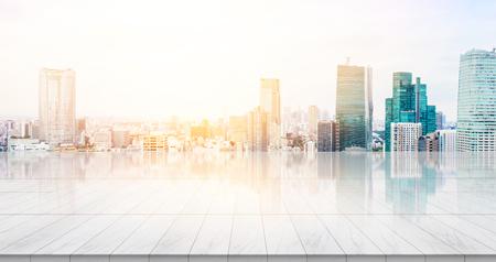 事業コンセプト - 日の出と朝の下で鳥の目空撮を構築パノラマの近代的な都市景観と空の大理石床トップ表示東京の明るい空を青または製品をモン