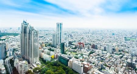 ビジネスと文化の概念 - パノラマの近代的な都市のスカイライン空中鳥瞰図劇的な太陽と朝の下でブルー東京都の曇り空
