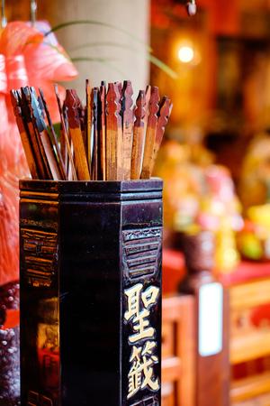 アジア文化概念イメージ - フォーチュン伝統寺院の棒、良い未来の人々 を振る (竹に中国語の翻訳: フォーチュン棒)