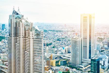 アジア ビジネス概念の不動産と企業の建設 - パノラマの近代的な都市景観建築鳥目の日の出の空撮と朝には、東京都の明るい青空 報道画像