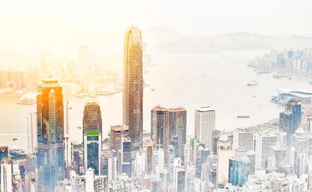 アジア ビジネス コンセプトの不動産 - パノラマの近代的な都市景観建築鳥目の日の出の空撮と明るい青空の朝の香港 (香港)、中国。手描きのスケッ