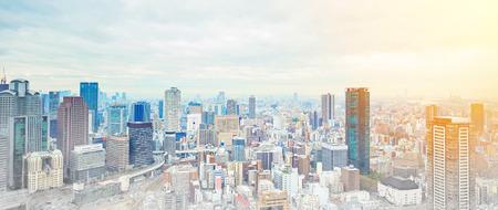 Asia Business concept voor vastgoed en zakelijke constructie - panoramische moderne stadsbeeld gebouw bird eye luchtfoto onder zonsopgang en ochtend blauwe heldere hemel in Osaka, Japan. Meng met de hand getekende schets illustratie Stockfoto