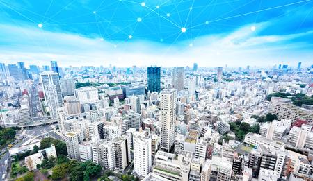情報、通信、接続技術の近代的な市街のパノラマ スカイライン空中鳥瞰図劇的な輝きと美しい濃い青空の下でのビジネス コンセプト
