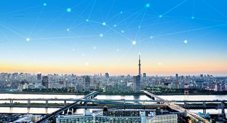 情報、通信、接続技術の近代的な市街のパノラマ スカイライン空中夜鳥瞰図劇的な輝きと美しい濃い青空の下でのビジネス コンセプト 写真素材
