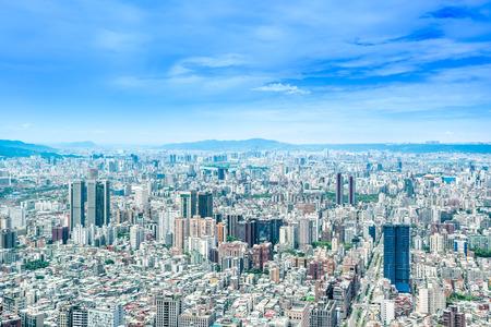 アジア ビジネスの概念の不動産と企業建設 - 建物の日の出と朝の下で鳥の目空撮パノラマのモダンな街並み青空明るい、台北 101、台湾で撮影