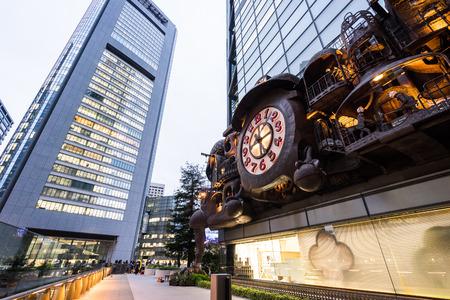 東京、日本-10 月、13、2106: 汐留地区にてスタジオジブリの宮崎駿によってデザインされたファンタジー・ラージ・クロック (日本) 報道画像