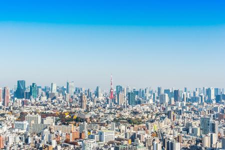 Asien-Geschäftskonzept für Immobilien und Unternehmensbau - panoramische moderne Stadtskylinevogelperspektive von Tokyo-Turm unter blauem Himmel in Tokyo, Japan