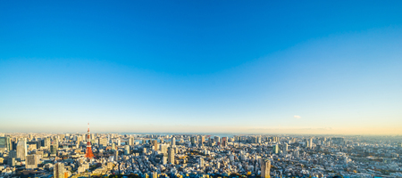 Azië Bedrijfsconcept voor onroerend goed en bedrijfsconstructie - panoramisch moderne skyline van de stad skyline vogel oog luchtfoto van Tokyo toren en odaiba onder gouden zon in Roppongi Hill, Tokyo, Japan