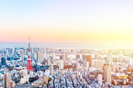 不動産と企業建設のためのアジアビジネスコンセプト - 六本木ヒルの黄金の太陽の下で、東京タワーとお台場のパノラマモダンシティスカイライン 写真素材