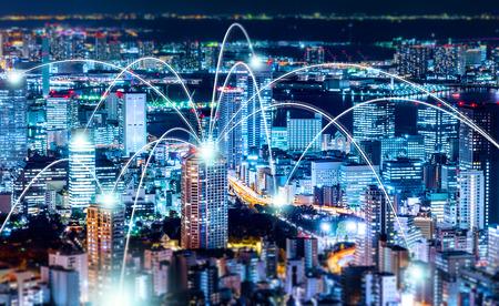 情報、コミュニケーション、接続技術のビジネスコンセプト - パノラマ近代的な都市のスカイライン、六本木ヒルの美しい濃い青い夜空の下で鳥の