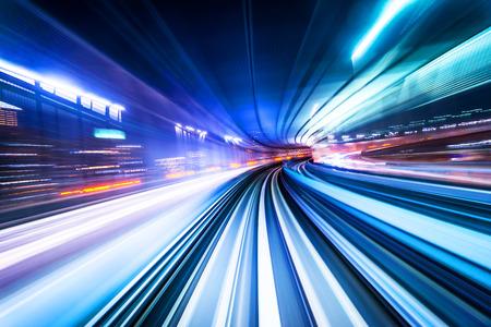 Koncepcja biznesowa - szybki abstrakcyjny tor MRT światła ruchu na tle w tokio, japonia