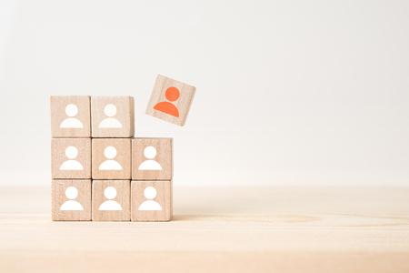 Concept d'affaires et de design - cube en bois flottant géométrique abstrait surréaliste avec concept de ressources humaines sur plancher en bois et fond blanc
