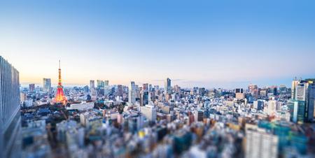 Concepto de negocio de Asia para bienes raíces y construcción corporativa: vista panorámica de la ciudad y la torre de tokio en tokio, Japón con cambio de inclinación, miniatura, efecto de desenfoque