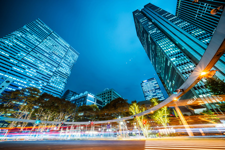 Azië Bedrijfsconcept voor onroerend goed en bedrijfsbouw - opzoeken van nachtzicht op wegkruising van shinjuku, de wolkenkrabbers weerspiegelen de schemeringhemel in Tokio, Japan