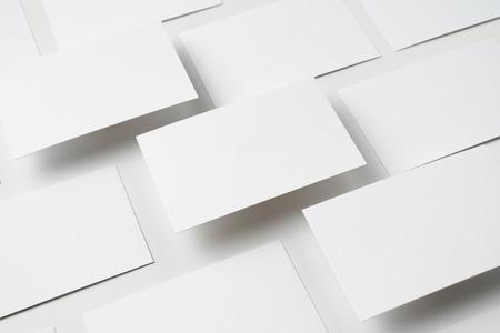 Concept de design - vue en perspective de la carte de visite isolée sur fond blanc pour la maquette, c'est une vraie photo, pas un rendu 3D