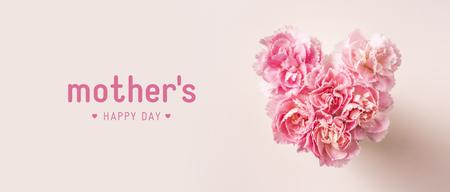 Concepto de diseño: vista superior del ramo de clavel hermoso con forma de corazón sobre fondo rosa con espacio de copia para la maqueta de la pancarta del día de la madre
