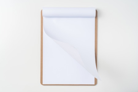 Top view of blank flipped paper on brown clipboard isolated on white background Banque d'images