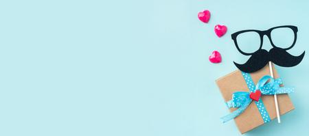 Event-Design-Konzept - Draufsicht des Vatertags-Layouts mit Geschenkbox, Herzform, Silhouette von Brillen und Bart, Kopienraum für Mock-up