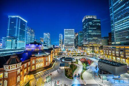 Concepto de negocio de Asia para bienes raíces y construcción corporativa - vista panorámica del horizonte de la ciudad moderna y vista nocturna de la estación de tokio en tokio, japón Foto de archivo
