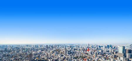 Asien-Geschäftskonzept für Immobilien und Unternehmensbau - panoramische moderne Stadtskylinevogelperspektive von Tokyo-Turm und von odaiba unter blauem Himmel in Roppongi-Hügel, Tokyo, Japan