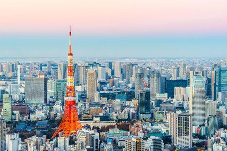 Azja Koncepcja biznesowa dla nieruchomości i budownictwa korporacyjnego - panoramiczny widok z lotu ptaka nowoczesne miasto panoramę tokio tower i odaiba pod złotym słońcem w Roppongi Hill, Tokio, Japonia