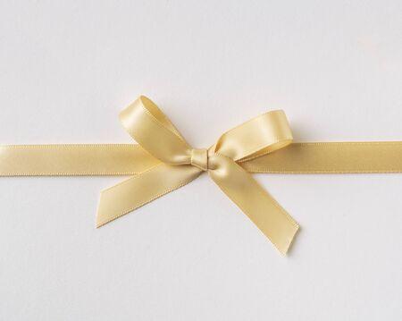 Designkonzept - Draufsicht der gelben Schleife isoliert auf weißem Hintergrund für Mockup Standard-Bild