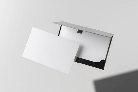 Concept de design - vue de dessus de la carte de visite horizontale avec boîtier en acier inoxydable flottant dans les airs et isolé sur fond blanc pour la maquette, c'est une vraie photo, pas un rendu 3D Banque d'images