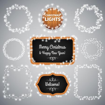 marco madera: Luces blancas de la Navidad en la pizarra para el dise�o de celebraci�n. pinceles de motivo utilizadas incluyeron.