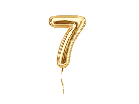 Numeral 7. Globo de aluminio número siete aislado sobre fondo blanco.